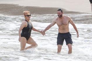 """60-річна дружина """"Росомахи"""" Джекмана продемонструвала фігуру у купальнику"""