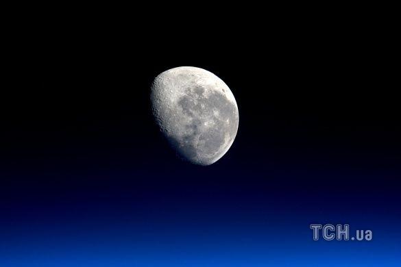 Місяць, космос