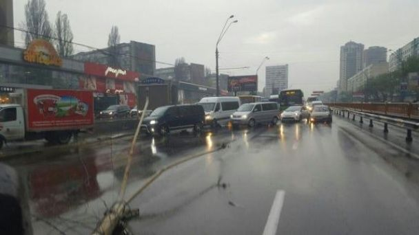 Серйозна ДТП у Києві: авто збило тролейбусну опору, є постраждалі