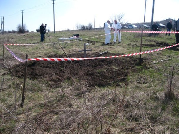 На Донбасі знайшли стихійне поховання десятків людей у камуфляжі із нашивками бойовиків