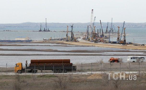 Купи сміття і гола земля. З'явилися фото будівництва Керченського моста