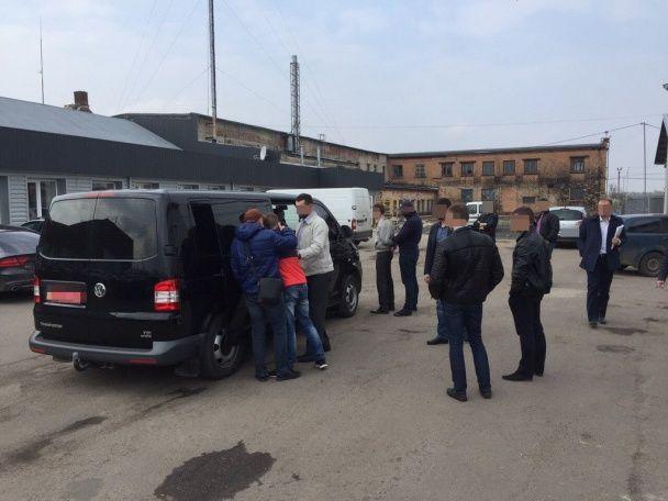 На Волині керівник митного поста вимагав хабар за перевезення підприємцем продукції через кордон