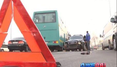 Столичное шоссе остановилось в многокилометровой пробе из-за аварии