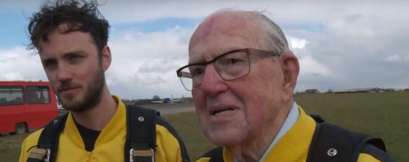 100-літній британець відсвяткував день народження стрибком з парашутом