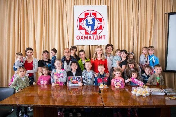 """Анатолій Анатоліч і Лідія Таран завітали в """"Охматдит"""" з казками і подарунками"""