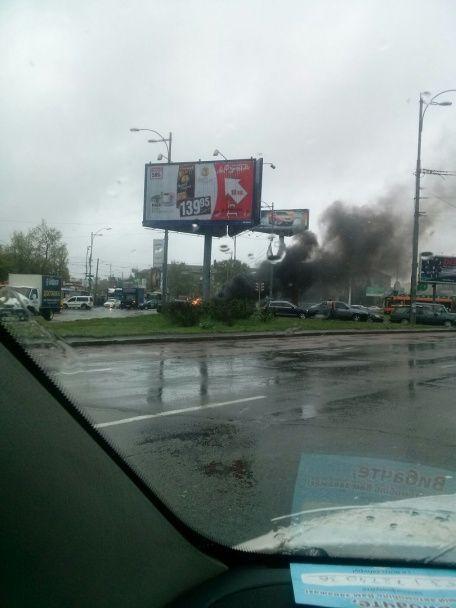 У Києві посеред площі загорівся автомобіль