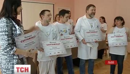 Десять українців, які втратили кінцівки, безкоштовно отримали сучасні протези