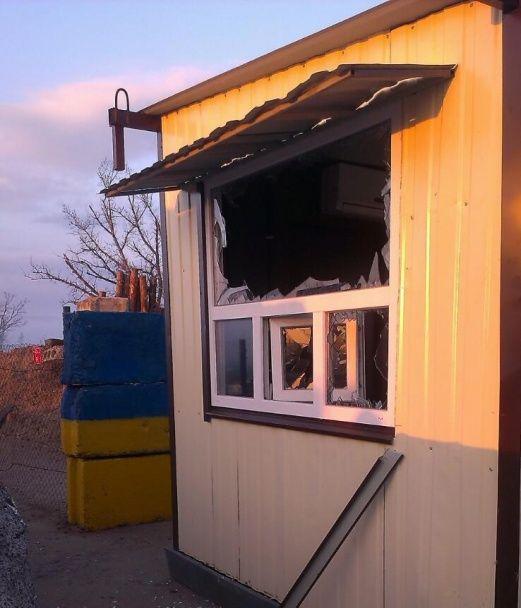 На Луганщині бойовики з гранатометів обстріляли пропускний пункт
