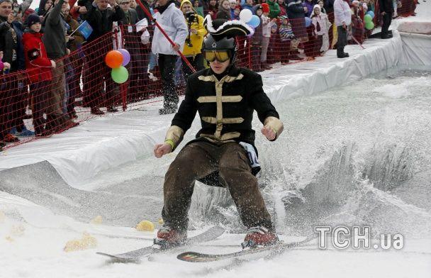 Клоун з пістолетом, Бендер з пивом та інші фріки на сноубордах пострибали у калюжу