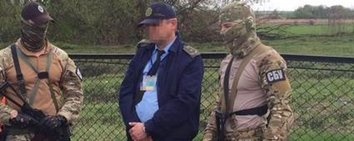 На Харківщині митники погоріли на хабарі за ввезення авто з РФ