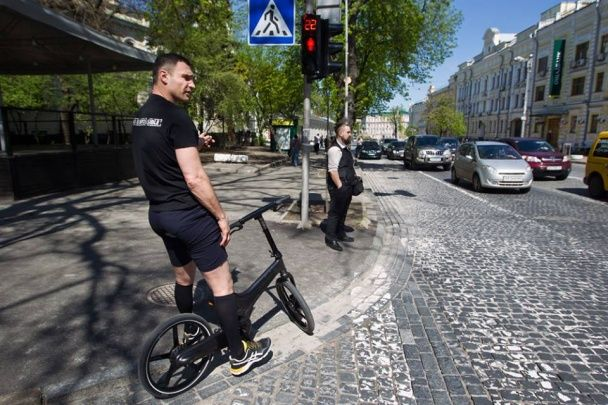 Кличко похизувався супертехнологічним електровелосипедом, проїхавшись центром Києва