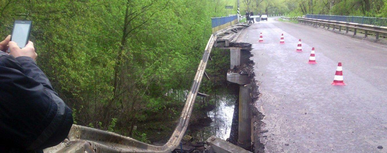 На Полтавщині частина автомобільного мосту обвалилась у річку