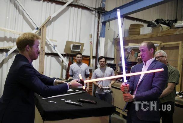 """Двобої на мечах, обійми з Чубаккою: британські принци побували за лаштунками """"Зоряних воєн"""""""