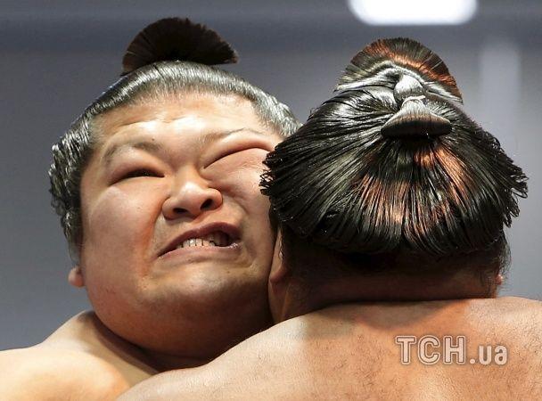 Найяскравіші фото дня: змагання борців сумо в Японії, їзда Кличка на велосипеді