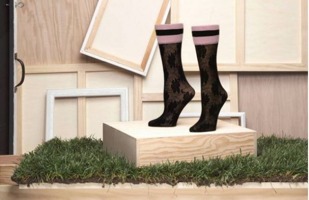Зваблива Ріанна прорекламувала стрункими ніжками власну колекцію панчіх