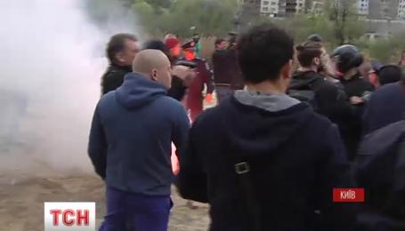 На Позняках в Киеве продолжается конфликт из-за попытки застройщика засыпать озеро