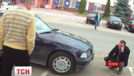 Автомобиль с подозрительными номерами вывел черниговских патрульных на странную организацию