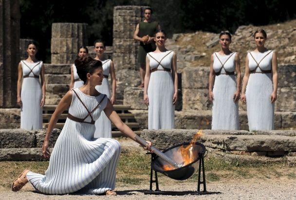 Найяскравіші фото дня: запалення олімпійського вогню у Греції, гейське весілля поліцейського у Чилі