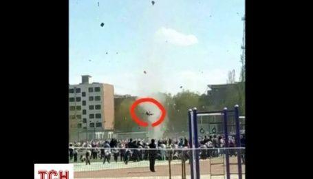 В Китаї смерч підняв на три метри студента і жбурнув на землю
