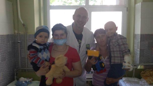 """""""Потап і Настя"""" відвідали онкохворих дітей в Мукачевому"""