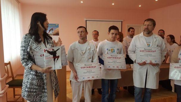 """Перші результати """"Переможців"""": Вітвіцька вручила протезистам сертифікати на навчання в Канаді"""