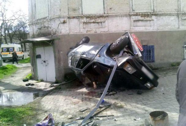 У Маріуполі ВАЗ на швидкості протаранив Chery і перекинувся на дах, є загиблі