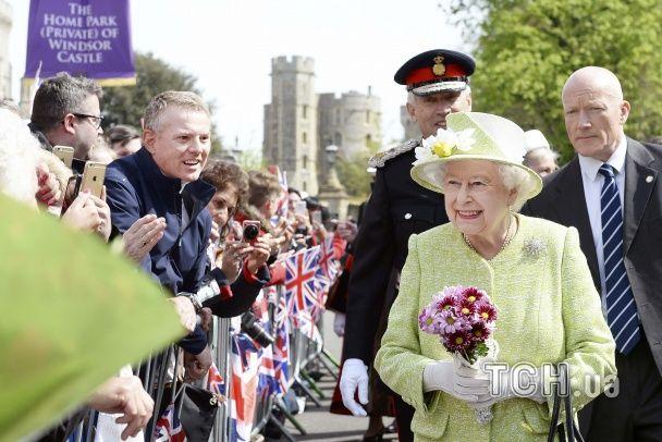 Чепурні британці та чудернацький тортик. Як королеву Єлизавету вітають із 90-річчям