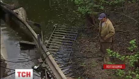 На Полтавщині частина мосту через ріку Сулу рухнула у воду