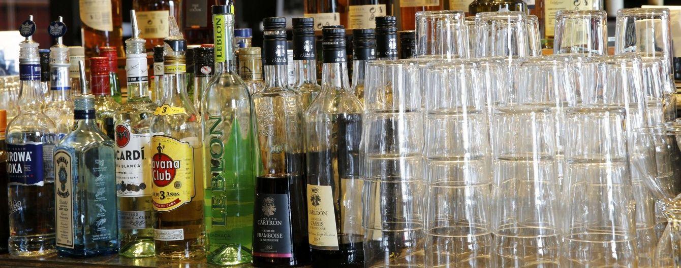 Сухий закон по-українськи: як чиновники борються з контрафактним алкоголем