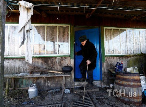 Похилена хата, порожні кімнати та нікого навкруги. Reuters показало життя у зоні відчуження