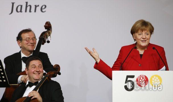Меркель із келихом пива привітала німців з 500-річчям закону про чистоту напою