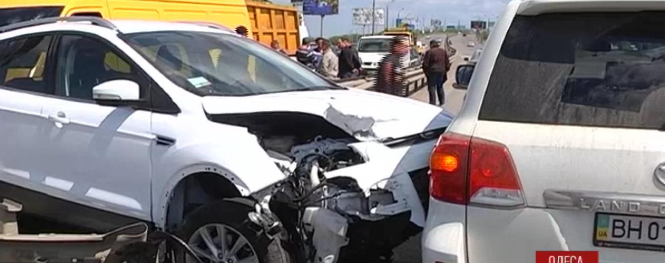"""Вантажівка """"МАЗ"""" спричинила масову ДТП в Одесі"""