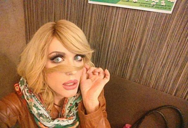 Епатажну Монро зухвало облили фарбою у центрі Києва