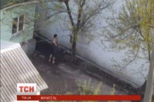 У Києві чоловік жорстоко знущався над кішкою, затиснувши її шию дротом з прив'язаним каменем