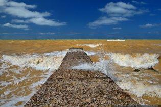 У Криму бурхливе Чорне море стало жовтого кольору
