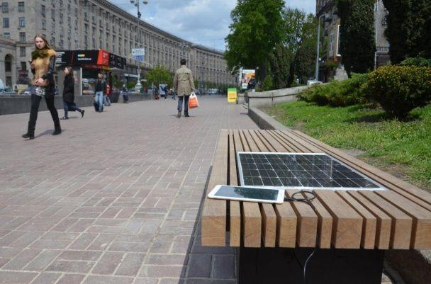 У Києві з'явилася перша лавка з вбудованою сонячною батареєю
