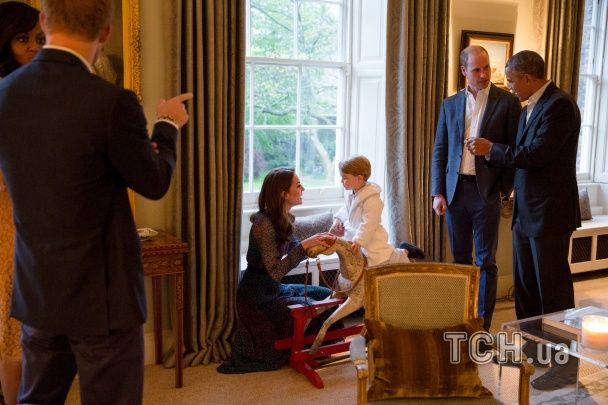 Дворічний принц Джордж у піжамі погрався з президентом Обамою