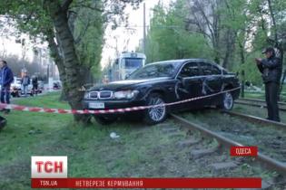 В Одесі п'яна жінка за кермом елітного BMW розтрощила три авто, постраждали діти