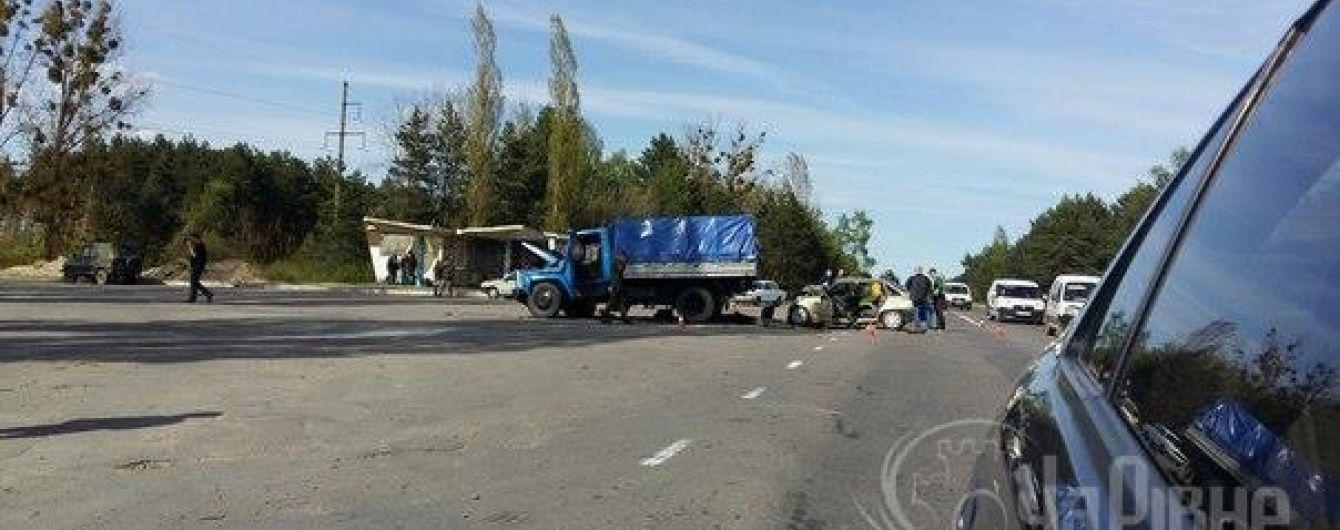 На Рівненщині сталася аварія з військовим авто, двоє загинули