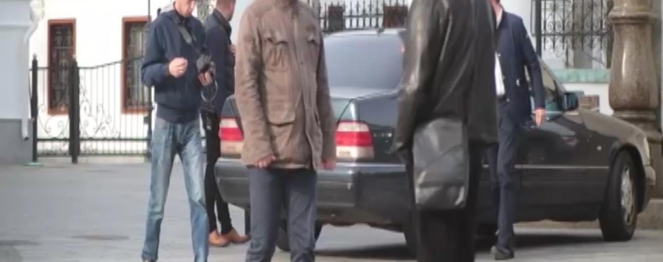 """Церковники проти """"1+1"""": хто і чому агресивно погрожував журналістам та розбив телекамеру в Лаврі"""
