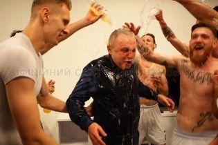 """Весь у шампанському президент """"Динамо"""" подякував футболістам за сезон"""