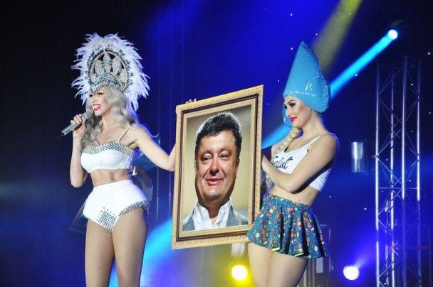 Довгонога Полякова виступила на сході України з портретом Порошенка і губороялем