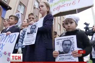 У Києві до відділку поліції протестувальники привели кошенят та цуциків