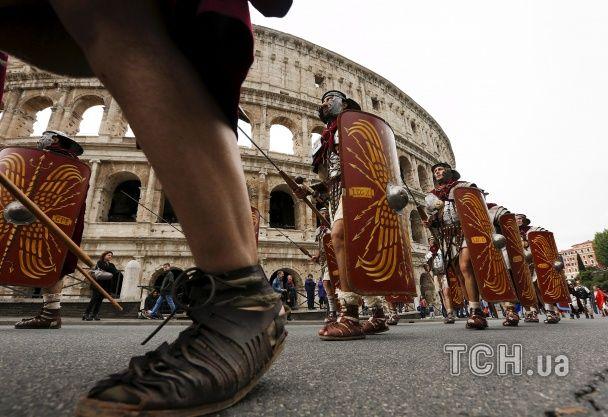 На вулиці Риму вийшли легіонери в обладунках, а гладіатори влаштували бої