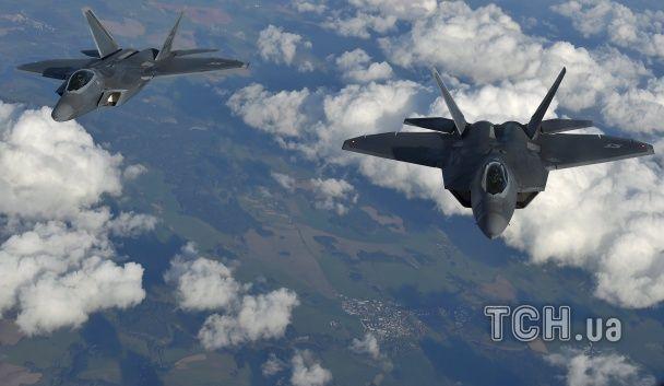 """Два американські винищувачі-""""невидимки"""" прибули до Чорного моря"""