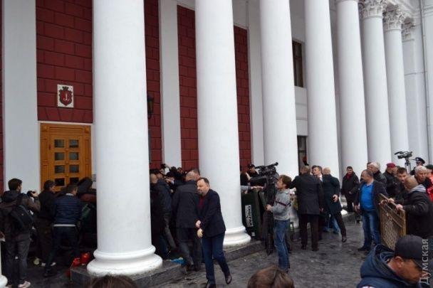 Штурм мерії в Одесі. Чиновники з охороною прорвали блокаду протестувальників