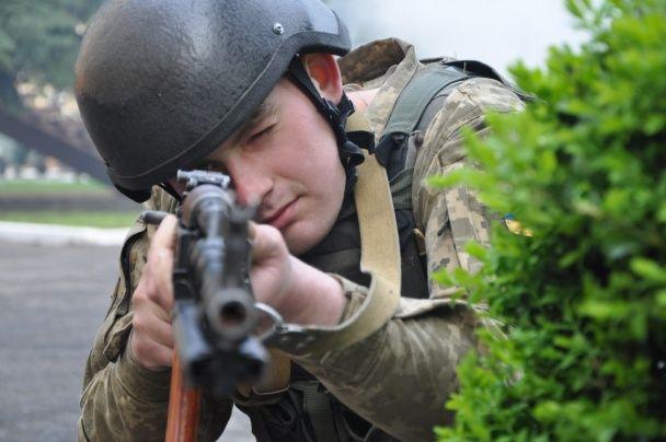 Українські моряки в диму та з автоматами вчилися боронити військові частини від терористів