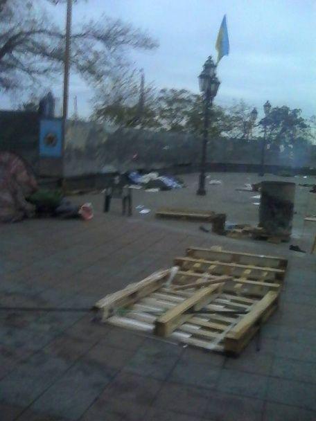 """Тітушки в Одесі розтрощили """"антимерський"""" майдан. Є поранені"""