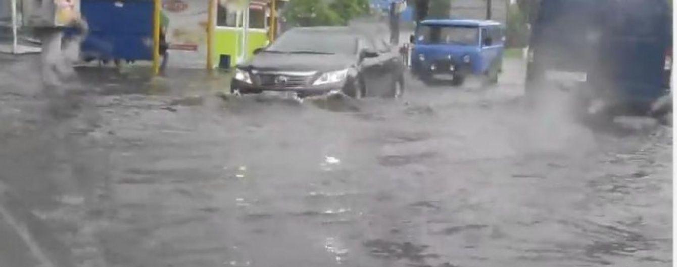 Половину України заливатимуть дощі з грозами