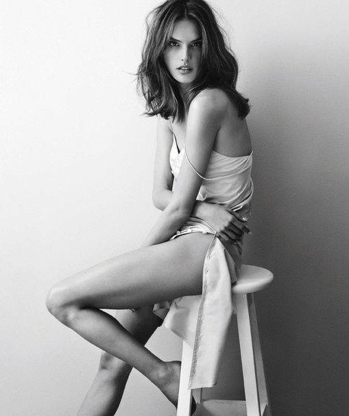 Ніжна та зваблива: Алессандра Амбросіо підкреслила струнку фігуру невагомими сукнями